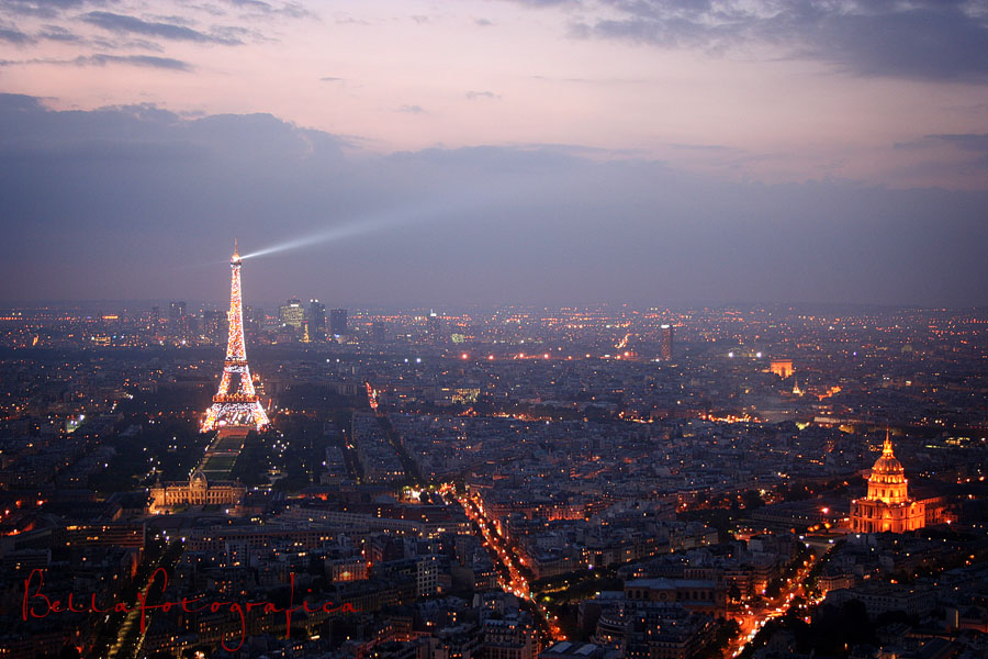 paris at night. Evening descends on Paris: